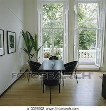 schwarz stühle und tisch in modernes esszimmer mit