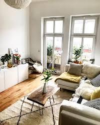 gemütlich eingerichtetes helles wohnzimmer in berlin