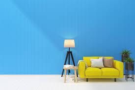 ein wohnzimmer mit einer blauen wand stock foto