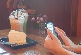 person die ein foto kuchen macht 1835770 stock foto
