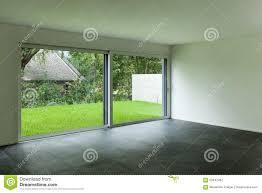 innenraum wohnzimmer und großes fenster stockbild bild