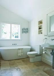 helles geräumiges badezimmer unter der bild kaufen