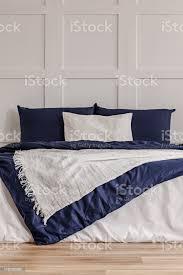 einfache marine blau und weiß schlafzimmer interieur mit gemütlichen bett mit kissen und bettdecke stockfoto und mehr bilder behaglich
