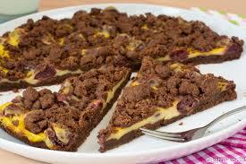 schokoladiger streuselkuchen mit pudding und kirschen