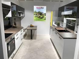 koje 08 große küche mit zwei zeilen und tischlösung zweifarbig