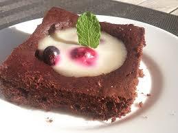 schokokuchen mit vanille zitronen pudding und früchten