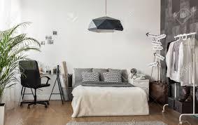 wohnzimmer und büro im modernen stil kombiniert