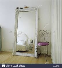 ein detail einer modernen schlafzimmer übergroße spiegel an