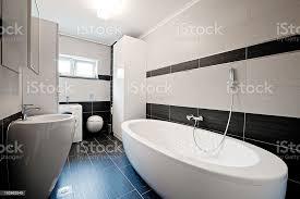 moderne badezimmer mit schwarzen fliesen stockfoto und mehr bilder badewanne