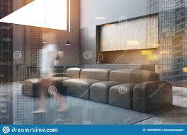 frauen in grauem wohnzimmer und küche stockbild bild