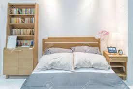 moderner schlafzimmerinnenraum mit hölzernem bett und bücherregal im schlafzimmer schlafzimmer im japanischen stil