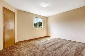 vide chambre ivoire chambre vide avec une moquette marron et porte en bois