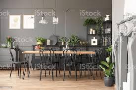 len über holztisch und schwarze stühle innen grau esszimmer mit pflanzen echtes foto stockfoto und mehr bilder blume