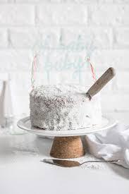 zuckersüßer gender reveal cake rosa oder hellblau frau