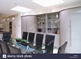 schwarzes lederstühle und tisch aus glas in modernen offenen