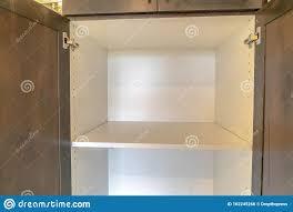 offener leerer weißer badschrank mit regal stockfoto