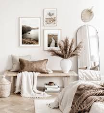moderne schlafzimmer bilderwand beige weiße naturposter eichenrahmen