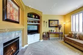 gemütliches wohnzimmer mit kamin sofa und tv