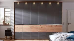 interliving schlafzimmer serie 1202 kleiderschrank mit beleuchtetem passepartout balkeneiche havannafarbenes glas sec