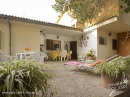 ferienhaus mit möblierten terrassen und schönen garten