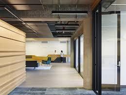 aux bureaux un award pour un plafond en maille métallique destiné aux bureaux