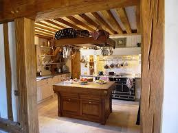 cuisine cagnarde une cuisine à la mesure d un manoir de style cagnard ambiance