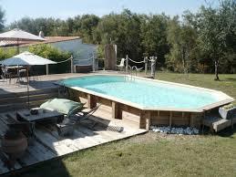 piscine hors sol en bois semi enterrée avec sa terrasse et ses