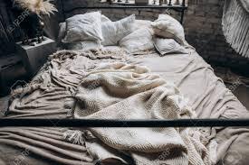 schlafzimmer großes doppelbett mit kissen im boho stil seitenansicht