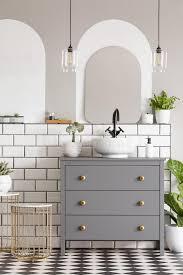 len über grauem kabinett mit waschbecken im modernen