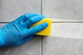 reinigungsschwamm in der gehalten während der reinigung bad mit japanischer beschriftung cleaning in englisch übersetzung