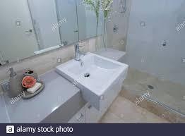 das badezimmer in einem modernen familien haus im