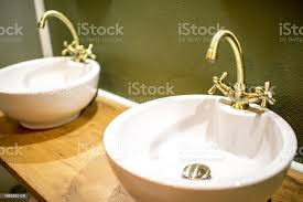 runde waschbecken mit retrotipp stockfoto und mehr bilder badezimmer