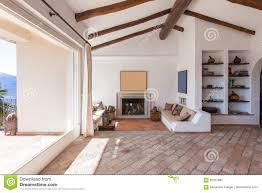 versorgen sie wohnzimmer mit schönen holzbalken stockbild