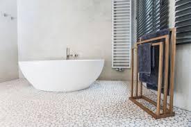 modernes landliche badezimmer mit natürlichen materialien