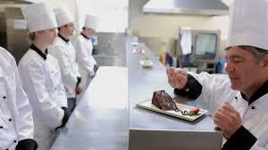 apprenti cuisine apprenti expliquer faire la cuisine hd stock 329 210 949