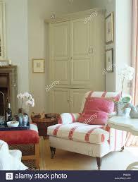 rosa kissen auf rosa gestreifte sessel in komfortablen land