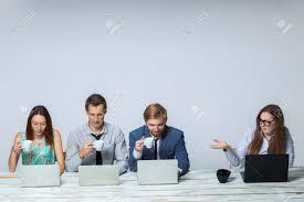 equipe bureau équipe d affaires travaillant ensemble au bureau sur fond gris