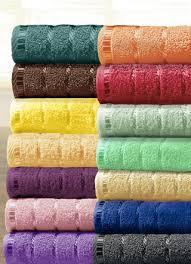 flauschige handtücher in unterschiedlichen farben und