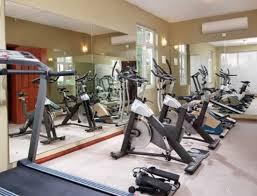 salle de sport avec tapis de salle 3 vélos haltères et tapis