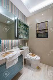 das moderne badezimmer mit schöner dekoration