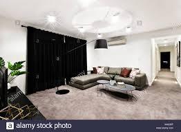modernes wohnzimmer mit raum und flur sind mit einem