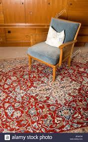 ein stuhl auf einem persischen teppich im wohnzimmer