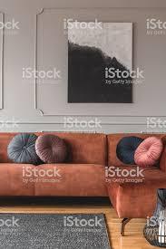 grau schwarz beige und rosa runde samt kissen auf ingwer farbigewohnzimmer sofa stockfoto und mehr bilder behaglich