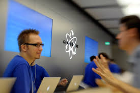 Apple Help Desk Uk by Apple Store Employee Says Iphone Battery Replacement Plan Is A