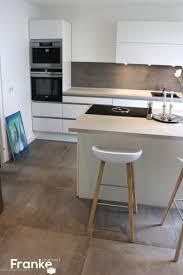 moderne küche fliesen in einer gewachsten betonoptik http