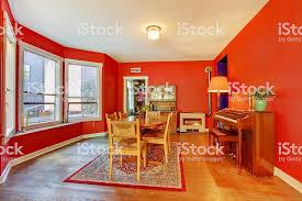 charme rot esszimmer mit klassisch holz klavier holzboden stockfoto und mehr bilder altertümlich