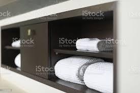 gerollter weiße handtücher auf regal im hotel bad stockfoto und mehr bilder badezimmer