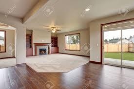 schöne unmöbliert wohnzimmer mit teppichboden und kamin