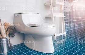 moderne badezimmer mit blauen fliesen mit wc und regale seitenansicht stockfoto und mehr bilder architektur
