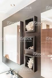 großer spiegel und regale in badezimmer interieur in erdtönen stockfoto und mehr bilder badezimmer